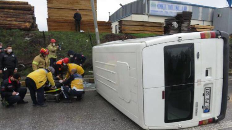 Ataşehir'de minibüs devrildi: 1 yaralı