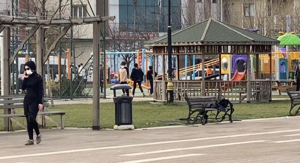 Ataşehir'de kısıtlamayı delen çocuklar parka koştu