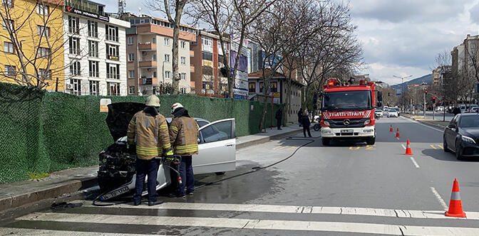 Ataşehir'de park halindeki otomobilin alev alev yandı