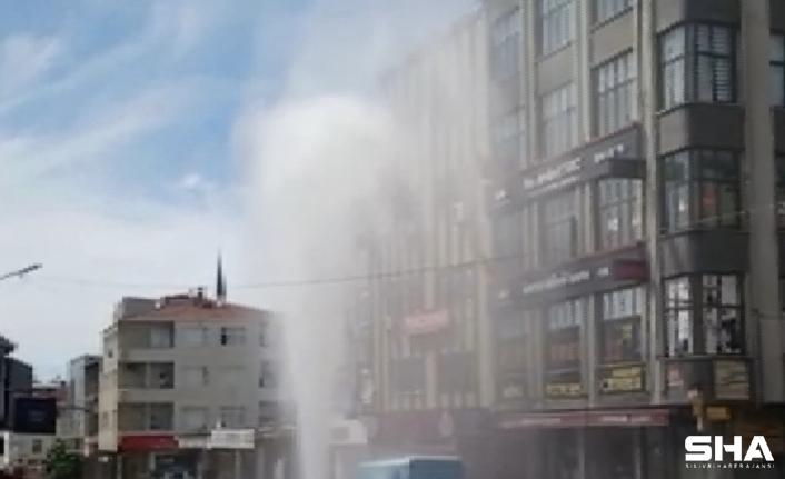 Ataşehir'de su borusu patladı: Bina boyunu aştı