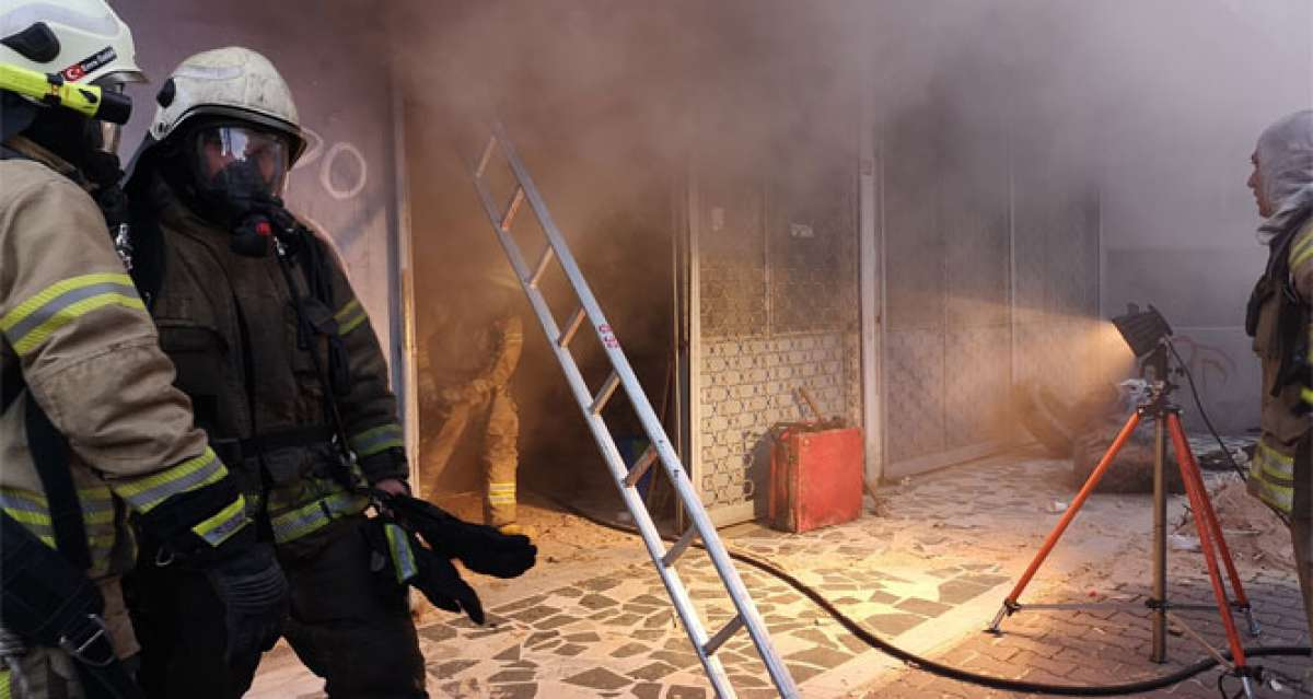 Ataşehir'de marangozhane alev alev yandı