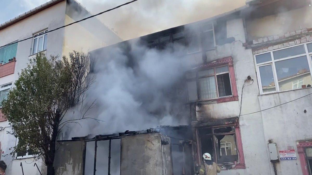 Ataşehir'de, 3 katlı bina alev alev yandı
